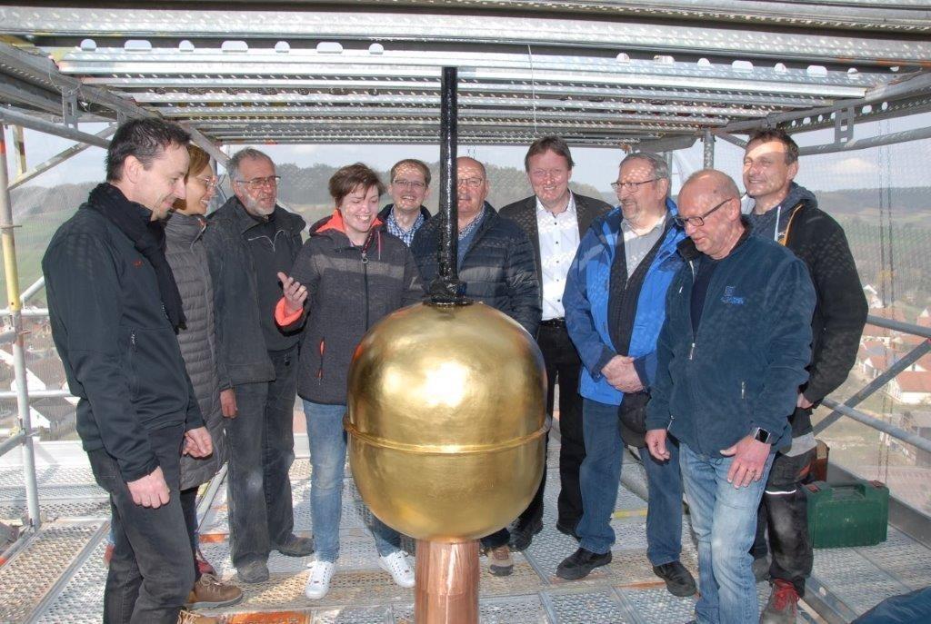 Vorbereitungen für die Wiedereinsetzung der Turmzier bei der ev. Kirche Mistelgau. Foto: Dieter Ienß