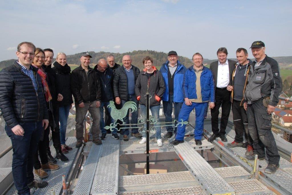 Wiedereinsetzung der Turmzier bei der ev. Kirche Mistelgau ist geschafft. Foto: Dieter Ienß