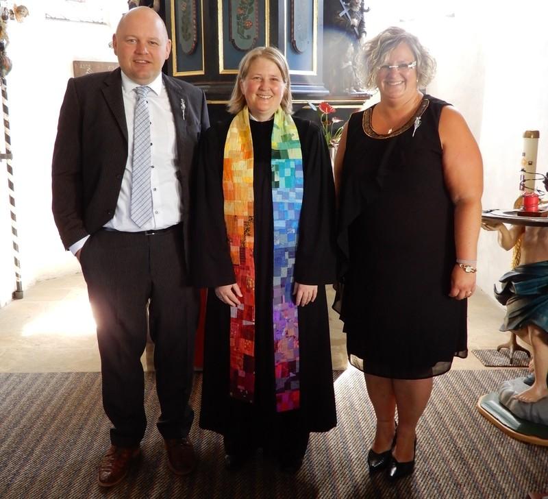 Silberne Konfirmation in Glashütten mit Pfarrerin Stefanie Krauß (Mitte) und den Jubelkonfirmanden Sandra Zeilmann und Andreas Opel. Foto: Ev. Kirche