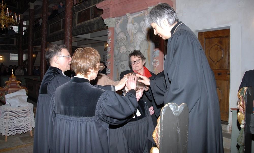 Ordinationshandlung durch Regionalbischöfin Dr. Dorothea Greiner. Foto: Dieter Jenß